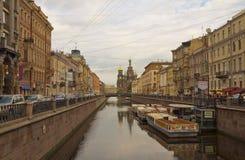 Canal de Griboyedov avec l'église du sauveur sur le sang Spilled St Petersbourg, Russie Images libres de droits