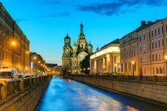 Canal de Griboyedov con la iglesia del salvador en sangre en San Pedro foto de archivo
