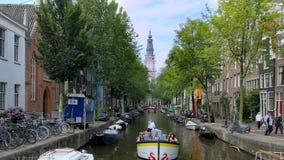 Canal de Groenburgwal avec Zuiderkerk, Amsterdam, Pays-Bas clips vidéos