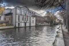 Canal de Groenerei, maisons et pont Bruges photos libres de droits