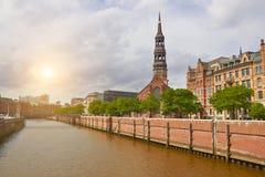 Canal de Hamburgo y vieja opinión beautoful de los edificios fotos de archivo libres de regalías
