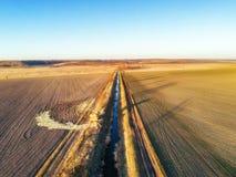Canal de irrigación artificial ajardinado entre dos campos foto de archivo