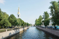 Canal de Krukov y campanario de la iglesia de San Nicolás y de la epifanía Imágenes de archivo libres de regalías