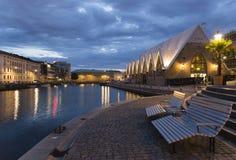Canal de la ciudad en luz de la tarde Imagen de archivo