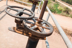 Canal de la irrigación y válvula oxidada vieja de la compuerta Fotos de archivo