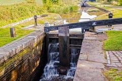Canal de la puerta de cerradura que se escapa, de Worcester y de Birmingham Imagen de archivo libre de regalías