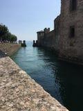Canal de la torre en Sirmione Fotografía de archivo libre de regalías