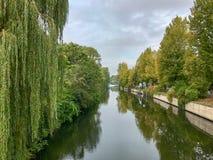 Canal de Landwehr a lo largo de Corneliusstrasse, Berlín, Alemania imagenes de archivo