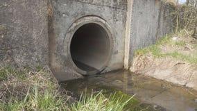 Canal de las aguas residuales metrajes