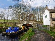 Canal de Leeds Liverpool chez Salterforth dans la belle campagne à la frontière de Lancashire Yorkshire en Angleterre du nord Photos stock