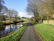 Canal de Leeds Liverpool en Salterforth en el campo hermoso en la frontera de Lancashire Yorkshire en Inglaterra septentrional Imagen de archivo