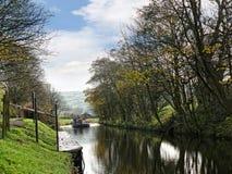 Canal de Leeds Liverpool en Salterforth en el campo hermoso en la frontera de Lancashire Yorkshire en Inglaterra septentrional Imagenes de archivo