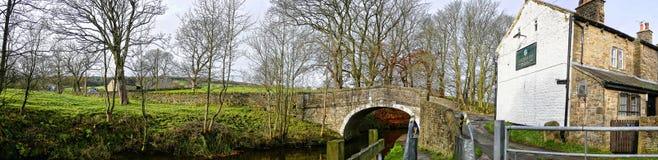 Canal de Leeds Liverpool en Salterforth en el campo hermoso en la frontera de Lancashire Yorkshire en Inglaterra septentrional Foto de archivo