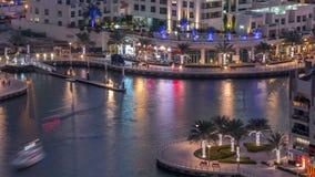 Canal de lujo del puerto deportivo de Dubai con el paso de los barcos y de día de la 'promenade' al timelapse de la noche, Dubai, almacen de metraje de vídeo
