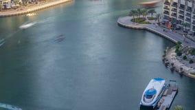 Canal de lujo del puerto deportivo de Dubai con el paso de los barcos y del timelapse de la 'promenade', Dubai, United Arab Emira almacen de metraje de vídeo
