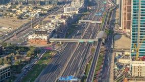 Canal de lujo del puerto deportivo de Dubai con el paso de los barcos y del timelapse de la 'promenade', Dubai, United Arab Emira metrajes