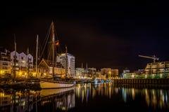 Canal de Motlawa velho no Gdansk, Polônia na noite com os navios na água imagens de stock royalty free