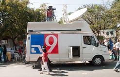 Canal de notícias que cobre uma feira da arte em India Foto de Stock