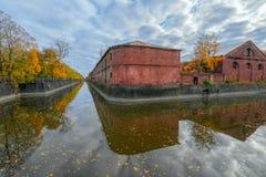Canal de Obvodny (puente) en Kronstadt en la isla de Kotlin, Rusia Foto de archivo libre de regalías