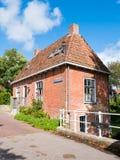 Canal de Oranjewal con la casa y puente en la ciudad vieja de Dokkum, Frisia, Países Bajos fotos de archivo libres de regalías