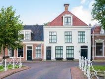 Canal de Oranjewal con la casa y puente en la ciudad vieja de Dokkum, Frisia, Países Bajos imagen de archivo