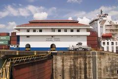 Canal de Panamá con la nave Imagenes de archivo
