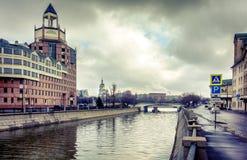 Canal de puente en Moscú Imágenes de archivo libres de regalías