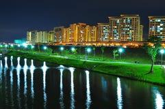 Canal de Punggol con los parques y los apartamentos Imagen de archivo