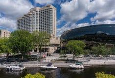 Canal de Rideau, hotel de Westin, y centro de convenio de Ottawa Fotografía de archivo libre de regalías
