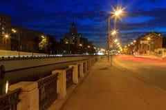 Canal de rio de Moscou da terraplenagem na noite Imagens de Stock