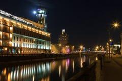 Canal de rio de Moscou da terraplenagem na noite Fotos de Stock Royalty Free