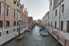 Canal de Rio del Gesulti en Venecia en la puesta del sol, Italia Fotos de archivo