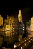 Canal de Rozenhoedkaai y torre de Belfort en Brujas Foto de archivo libre de regalías