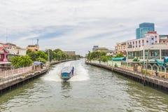 Canal de Saen-Saeb de la ciudad de Bangkok con el barco para el transporte imágenes de archivo libres de regalías