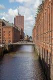 Canal de Speicherstadt Hamburgo con un puente fotos de archivo libres de regalías