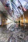 Canal de terminal d'aéroport de ŒThe de ¼ d'ï de couloir d'aéroport du mur rideau en acier et en verre Photo libre de droits