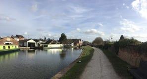 Canal de Trent y de Mersey en la piedra, Staffordshire, en primavera temprana foto de archivo