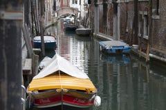 Canal de Venecia con los barcos Foto de archivo libre de regalías