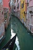 Canal de Venecia con una góndola Foto de archivo libre de regalías