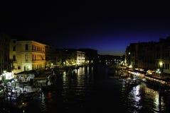 Canal de Venecia en la noche Fotografía de archivo