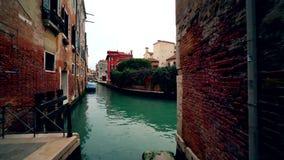 Canal de Venecia Italia sin el agua y las casas viejas 4K del verde del tráfico metrajes