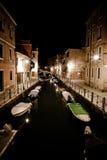 Canal de Venecia por noche Imágenes de archivo libres de regalías