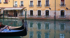 Canal de Veneza com barco Fotografia de Stock Royalty Free