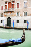 Canal de Veneza com gôndola Fotos de Stock