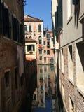 Canal de Veneza com reflexão da construção na água Fotos de Stock Royalty Free