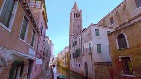 Canal de Veneza com uma torre de sino ao lado dela vídeos de arquivo