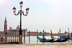 Canal de Veneza no verão com gôndola Foto de Stock Royalty Free