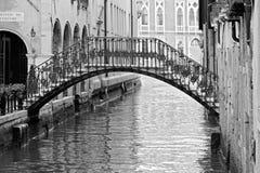 Canal de Veneza no verão com gôndola Fotografia de Stock Royalty Free