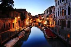 Canal de Venise la nuit, Italie images libres de droits