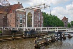 Canal de ville de croisement de pont dans Zwolle Photo stock
